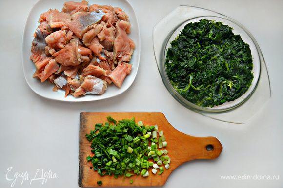 Для приготовления начинки необходимо разморозить шпинат, отжать лишнюю жидкость. Филе слабосоленого лосося освободить от костей и нарезать мелкими кубиками (я использовала лосося домашней засолки). Зеленый лук вымыть, обсушить и мелко порезать.