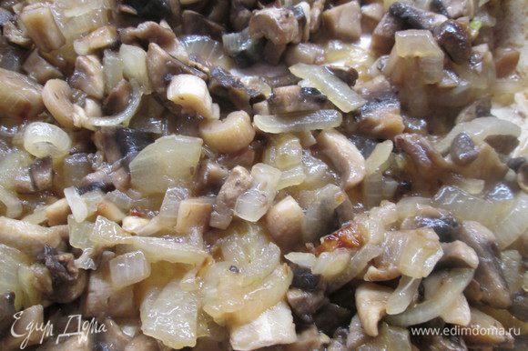 В это время готовим начинку: нарезаем лук, грибы и обжариваем их.