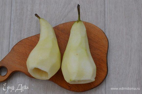 Груши почистить и удалить сердцевину, плодоножки сохранить. Смазать груши лимонным соком, чтобы не потемнели.