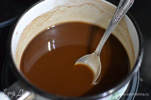 В ковшике смешать все сухие составляющие, кроме сметаны. Залить холодной водой, размешать до однородности и поставить на огонь. Как только соус начнет закипать, он сразу же загустеет.