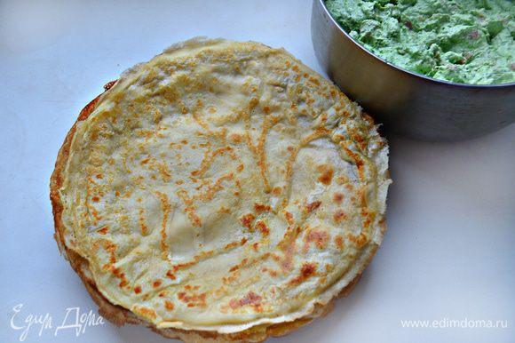 Готовые блины складывайте на тарелку стопкой. Должно получиться 10 — 12 блинов, в зависимости от размера вашей сковороды.