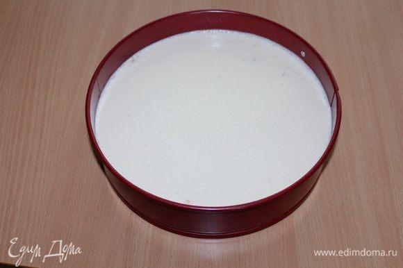 Сырную массу вылить в форму с печеньем. Выпекать в духовке на водяной бане 80 минут при 150°С. Дать постоять в духовке до полного остывания и на холоде не менее двух часов.