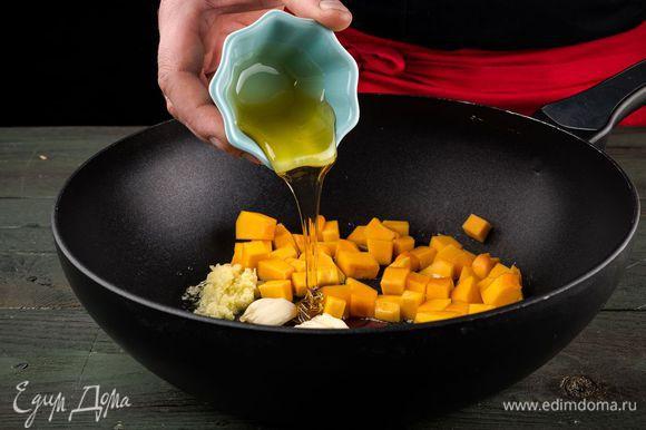 Разогреть в сковороде растительное и кунжутное масло, добавить чеснок, чили, тыкву, имбирь и мед, влить полстакана горячей воды и довести тыкву до готовности.
