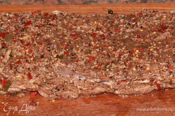 И теперь распределяем половину пряностей по поверхности мяса с одной стороны.