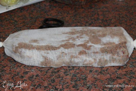 Раскладываем по поверхности стола марлю в два слоя и выкладываем на нее мясо пряностями вниз. Теперь распределяем оставшиеся пряности с другой стороны мяса, заворачиваем его, стараясь завернуть поплотнее, и концы завязываем бечевкой. Все, мясо готово к вялению. На двое суток я подвесила мясо в кухне прямо над раковиной, там с него стекала жидкость. Должна сказать, что жидкости было очень и очень мало: один вечер покапало немного и все. В помещении, где вы будете подвешивать мясо, должно быть не очень тепло, у меня было +20°С, и оно должно быть проветриваемым. То есть, я проветривала кухню не менее 4 раз в день. Должна сказать, что начала я вялить мясо сразу после Нового года. После двух дней в кухне, я вынесла мясо на застекленный балкон, подвесила и оставила его там, при температуре +6 +10 градусов на 25 дней. Вообще-то по рецепту мясо вялится 40 дней, но я прощупывала мясо периодически, и когда оно стало плотным наощупь, сняла с вяления. И правильно сделала, потому что, если бы оно вялилось у меня все 40 дней, то стало бы слишком сухим. Все зависит от толщины куска, у меня кусок был плоским и не очень толстым.