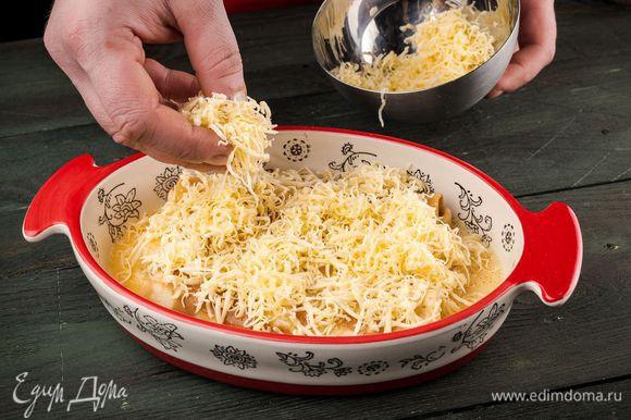 Посыпьте мускатным орехом и тертым сыром.
