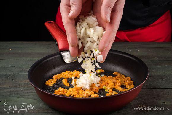 На оливковом масле слегка обжарить нарезанную морковь и нашинкованый лук.