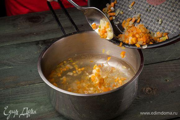 В кипящую воду высыпать обжаренные овощи.
