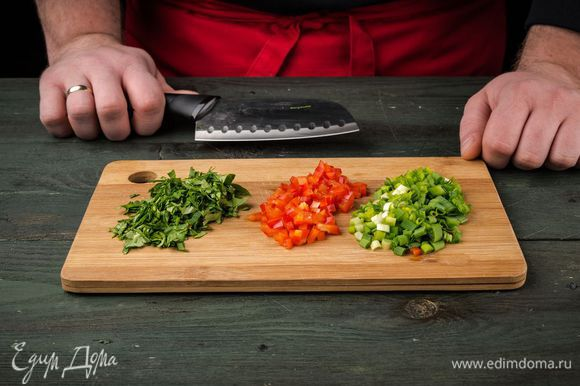 Сладкий перец вымыть, очистить от семян и нарезать маленькими кубиками. Зеленый лук и кинзу мелко порубить.