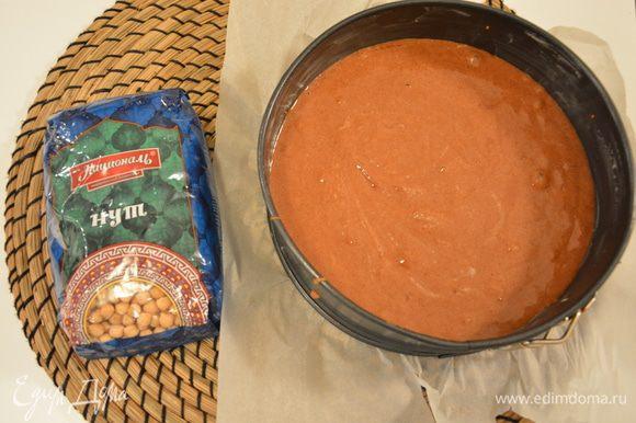 Добавить взбитые белки к нутовой массе и хорошо перемешать. Вылить тесто в смазанную маслом форму 18 см.