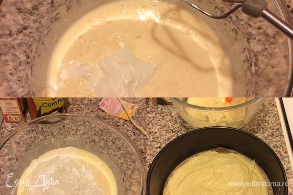 Затем добавить сметану, растопленное сливочное масло и еще раз хорошо взбить. Муку просеять с содой, разрыхлителем и солью. Добавить муку в тесто и перемешать миксером на 1–2 скорости. Форму (d=20 см) смазать маслом (у меня бумага для выпечки) и выложить 1/2 часть теста в форму.