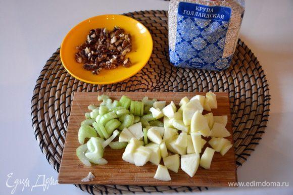 Грецкие орехи поджарить на сухой сковороде, в духовке или микроволновке. Сельдерей нарезать, яблоко почистить от кожуры и нарезать.