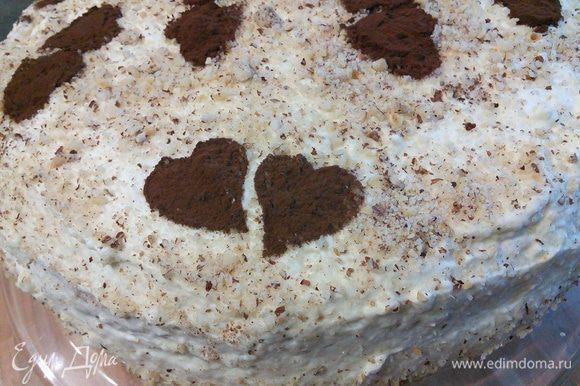 Украсить торт можно молотым миндалем или на ваше усмотрение. У меня вот сердечки из какао. Я особенно не заморачивалась по поводу декора (это и видно), потому, что торт был предназначен для домашнего пользования. Дать торту пропитаться (у меня ночь).