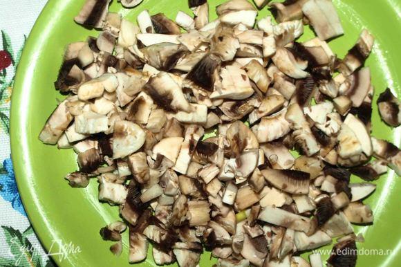 Когда картофель готов, добавить нарезанные кубиками грибы, отварную перловую крупу ТМ «Националь». Варить 5 минут.
