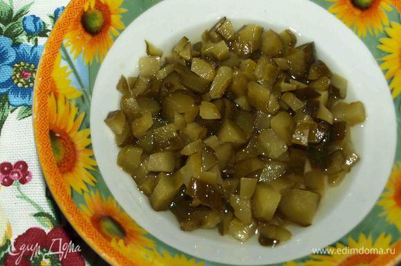 Влить 50 мл рассола, мелко нарезанные огурцы. Варить 5 минут. Добавить лавровый лист, соль и перец по вкусу.