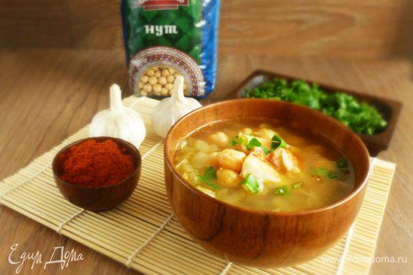 Суп разлить по тарелкам, выложить кусочки рыбы и посыпать рубленой петрушкой. Приятного аппетита!