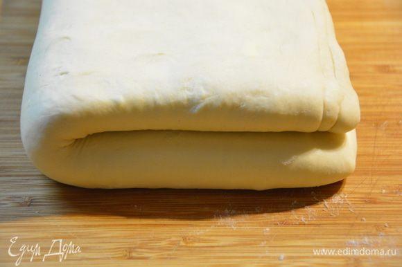Сложить тесто пополам, положить в пакет и убрать в холодильник на ночь.
