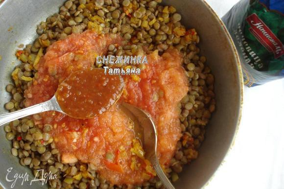 Свежие помидоры натираем на терке, чтобы получилось пюре. Можно воспользоваться томатами в собственном соку. На сковороду отправляем отварную чечевицу. Добавляем к ней томатное пюре и томатный соус (понадобится 2 ст. л., уточняю, потому что в ингредиентах не удалось указать столовые ложки). Перемешиваем. Томим на небольшом огне 5–7 минут.