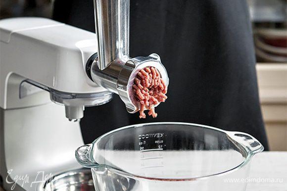 Куриное мясо и лук тщательно нарубите ножом до состояния фарша. Или воспользуйтесь специальной насадкой мясорубка для кухонной машины KENWOOD. В то время как машина с легкость измельчит мясо и лук, вы сможете заняться приготовлением гарнира.