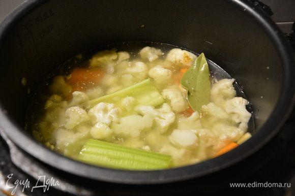 К капусте добавить крупно нарезанную морковь, сельдерей, картофель, лавровый лист, нут 1 горсть, воду. Варить в режиме «Варка» 30 минут.