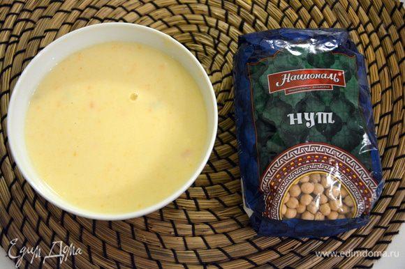 Лавровый лист и сельдерей вынуть из супа. Измельчить суп в блендере. Влить стакан сливок, посолить и подогреть на плите, (не кипятить!).