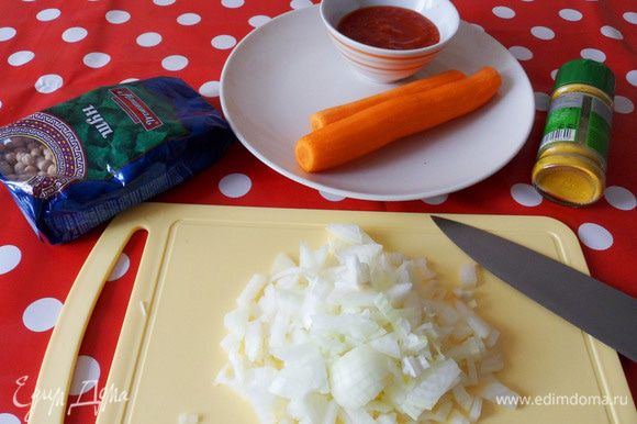 Пока варится нут, можно заняться подготовкой необходимых продуктов. Репчатый лук нарезать мелкими кусочками.
