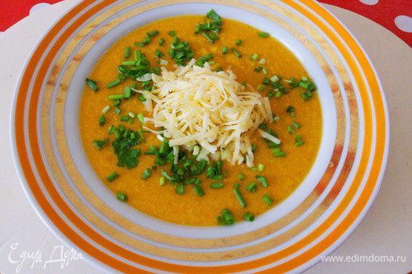Тарелка супа-пюре с зеленью и натертым сыром для моего мужа.
