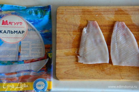 Сделать тонкие надрезы пол углом 45 градусов по всей длине куска.