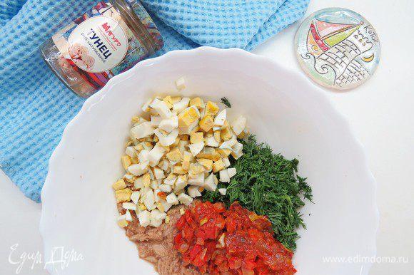 В миске смешиваем тунца ТМ «Магуро» (сок слить), нарезанные яйца, зелень и тушеный лук с перцем и томатным соусом.