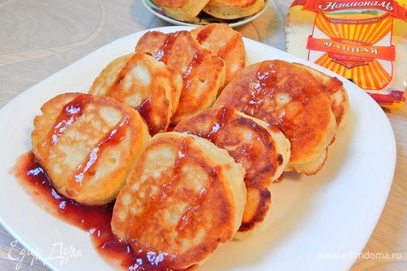 Вот такие пухлячки получились. Подаем оладушки с вареньем, сметаной или медом. Приятного аппетита!