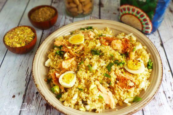 Выложить киноа, кусочки рыбы, яйца, посыпать орехами и рубленой петрушкой. Сбрызнуть маслом. Приятного аппетита!