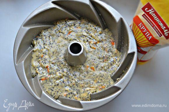 Форму для выпечки смажьте растительным маслом, слегка присыпьте манкой и выложите тесто. Разровняйте сверху лопаткой. Выпекайте в разогретой до 180°С духовке около 50 мин. Готовность кекса проверяйте деревянной шпажкой.