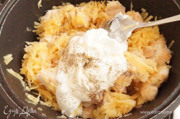Можно готовить и в сковороде, но я переложила все в казанок вместе с маслом от жарки. Кабачки очистить и натереть на крупной терке. Добавить к курице. Влить сметану, добавить раздавленный чеснок, соль и перец. Перемешать и тушить 20 минут на среднем огне. Кабачки дают свою влагу, так что не спешите добавлять воду, просто помешивайте.