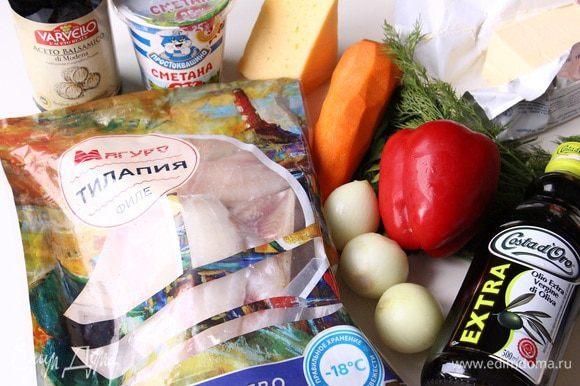 Подготавливаем ингредиенты. Филе тилапии ТМ «Магуро» промыть, разрезать на две части каждое. Почистить морковь, лук. Режем лук полукольцами. Морковь натираем на крупной терке. Разогреваем духовку до 200°С.