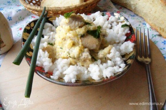 Подавайте курочку с вашим любимым гарниром, а украсить блюдо предлагаю зеленым луком.