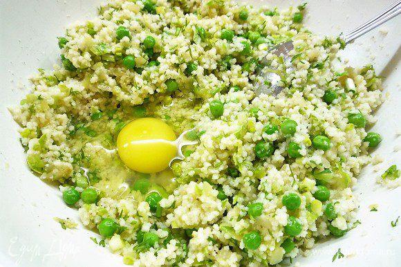 Добавляем яйцо, зелень, специи, мелко нарезанную черемшу, зеленый горошек, солим и перчим по вкусу. Добавляем 1 столовую ложку панировочных сухарей. Все хорошо перемешиваем.