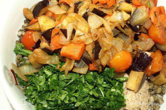 Зелень петрушки мелко порубить. Соединяем орехово-кунжутную пасту с овощами и зеленью петрушки. Пробиваем блендером. При желании можно добавить чеснок.