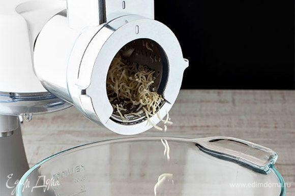 Приготовьте соус песто. Для начала натрите на терке мелко пармезан. Или воспользуйтесь кухонной машиной KENWOOD с низкоскоростной теркой-ломтерезкой, которая быстро натрет сыр без лишних усилий.