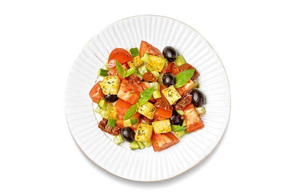 Заправьте оставшимся оливковым маслом, уксусом, солью, перцем, перемешайте, дайте салату постоять 1–2 минуты и подавайте.