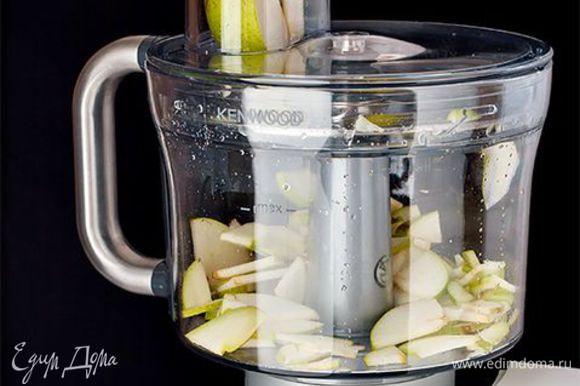 Нарежьте грушу тонкими и ровными пластинами с помощью ножа. Чтобы сэкономить время, доверьте эту задачу кухонному комбайну. Растопите в сковороде сливочное масло вместе с сахаром и жарьте ломтики груши по 3–4 минуты с каждой стороны. Рикотту разломайте вилкой на небольшие кусочки.