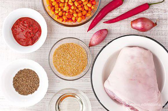 Рульки посолите, обваляйте в муке. Разогрейте в сковороде 3 ст. л. растительного масла и подрумяньте на нем рульки со всех сторон.