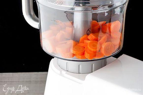 Крупно нарежьте морковь с помощью ножа. Или воспользуйтесь кухонной машиной KENWOOD с удобной насадкой кухонный комбайн. Она легко нашинкует овощи на куски необходимого размера.