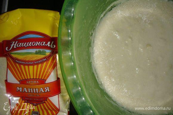 В закваску добавляем сахар, соль, подсолнечное масло и растворенные в воде дрожжи. Перемешать все ложкой.