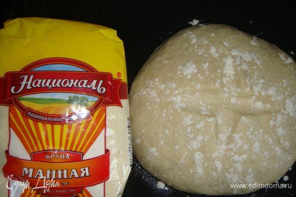 Тесто присыпать мукой. Духовку разогреть до 190°С. Противень с тестом поставить в духовой шкаф. Вниз поставить жаропрочную посуду и аккуратно влить стакан кипятка. Закрыть духовку и выпекать 15 минут. Через 15 минут убрать посуду с водой и выпекать хлеб еще 20-25 минут (ориентируйтесь на свою духовку).