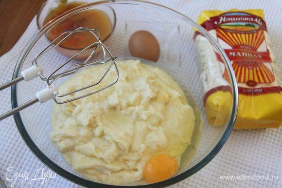 Ввести по одному 2 яйца, взбить в пышный крем.