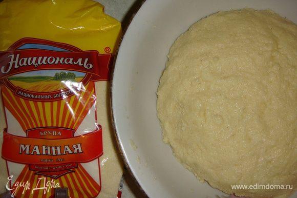 Замешиваем тесто, не липнущее к рукам. Если тесто получилось жидковатым, добавьте немного манки. Оставляем тесто на 10 минут, чтобы манка разбухла.