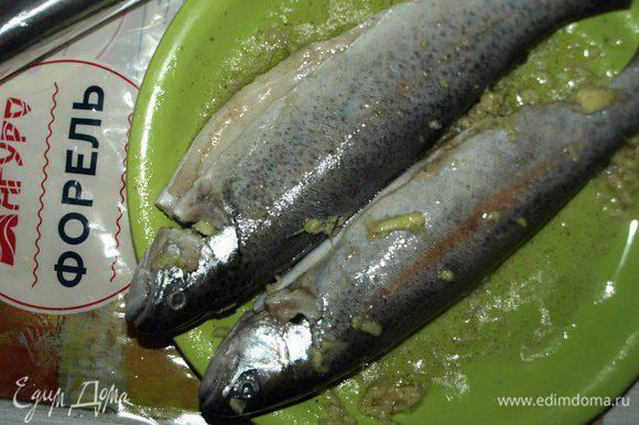 Полученной смесью натереть рыбу со всех сторон, внутри.