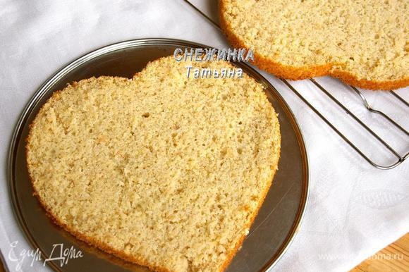 Для приготовления торта разрезаем готовый корж на два.