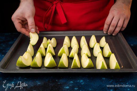 Приготовьте яблочное пюре. Яблоки разрежьте пополам, уберите сердцевину. Запекайте 30-35 минут.