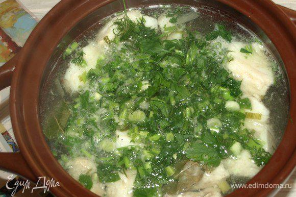 Варить до готовности рыбы. Добавить соль, перец по вкусу. Когда рыба будет готова, добавить зелень и лавровый лист. Варить 1 минуту. Снять с огня, дать настояться минут 10.